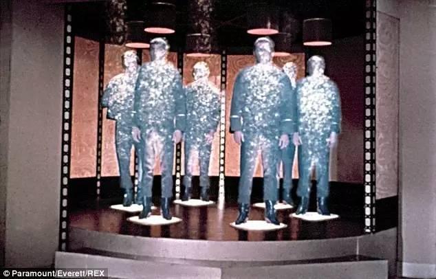 """▲在科幻片《星际迷航》里,斯科蒂传送""""企业""""号星舰上的人员。(英国《每日邮报》网站)"""