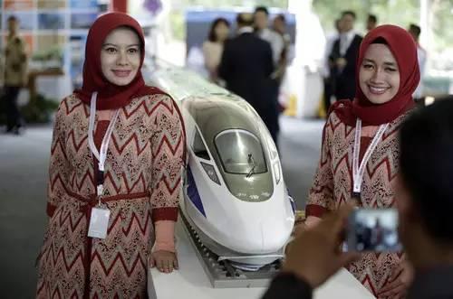 ▲资料图片:2016年1月21日,印尼雅加达至万隆高铁项目正式启动,两名印尼妇女在开工仪式上与高铁列车模型合影。(美联社)