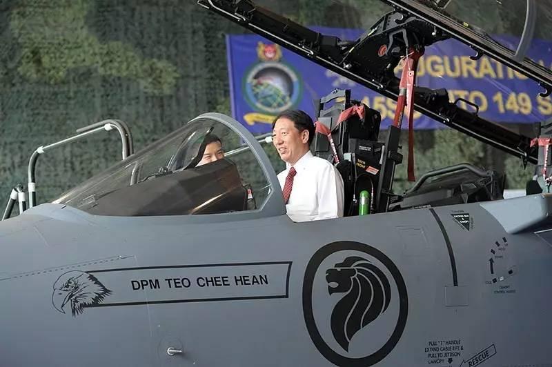 ▲资料图片:新加坡副总理兼国防部长张志贤坐在F-15SG战斗机座舱。