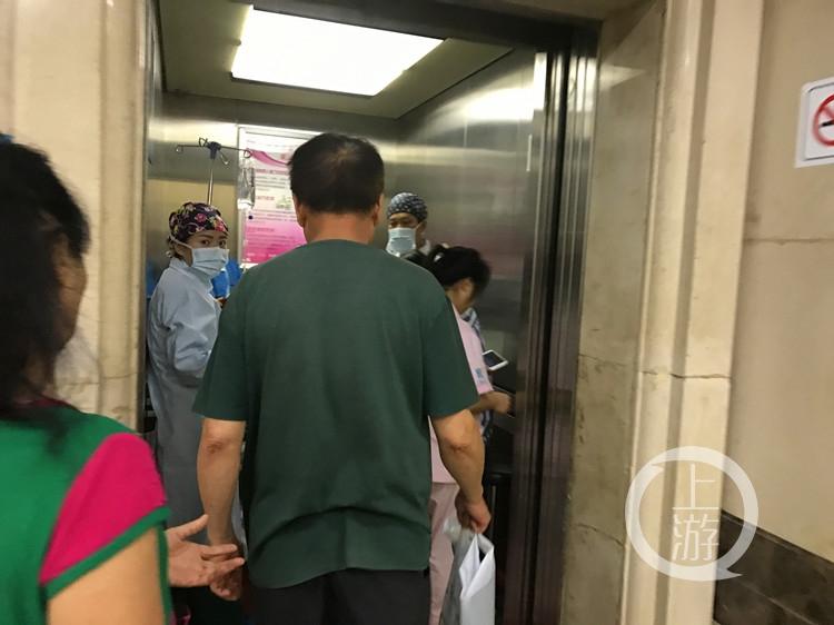 杨婷被推动电梯