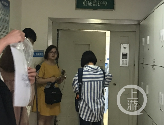 媒体记者在重症监护室外