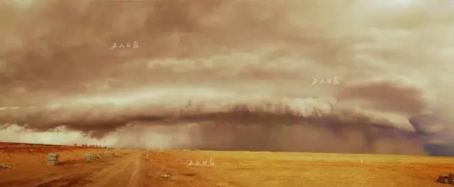 特大沙尘暴来临前