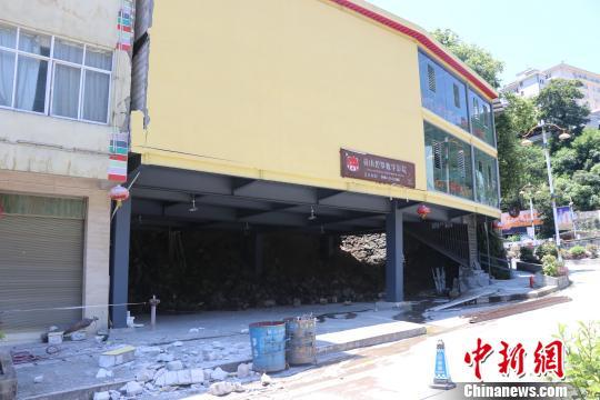 图为受损严重的碧罗数字电影院。 郭健 摄
