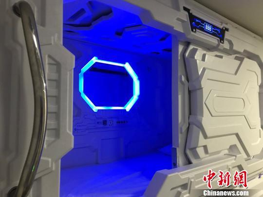 舱内灯光可以根据需要自行调节。 王子涛 摄