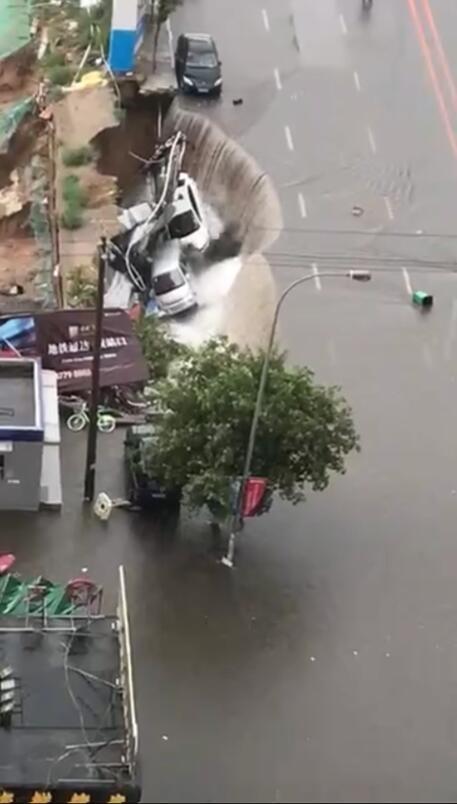 沈阳全市遭暴雨袭击 路面塌陷私家车掉入深坑