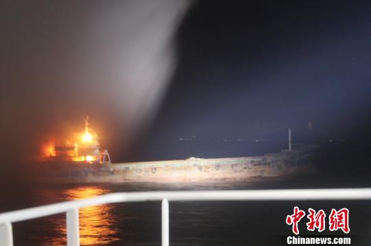 救助船彻夜对遇险船实施灭火作业 邵年骏 摄