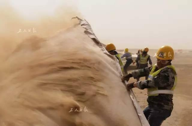风沙大干劲更大 ,建设之初挑战恶劣环境。