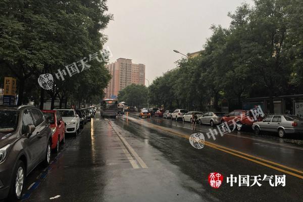 15日清早6时,海淀区降雨短暂停歇,但路面依旧湿滑。
