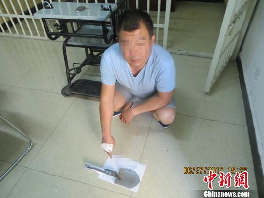 袁某砸车所用的铲子。 宜川警方 供图 摄