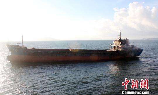 救助船继续守护在遇险船附近以应对不测 邵年骏 摄