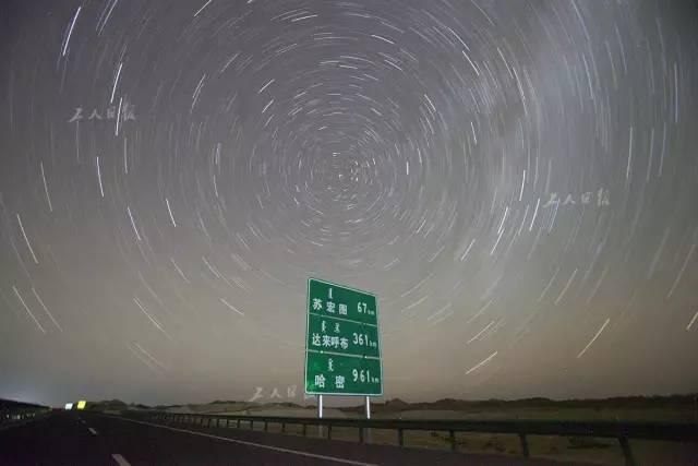 京新高速上拍摄的星轨,大漠里的星空别有意境。