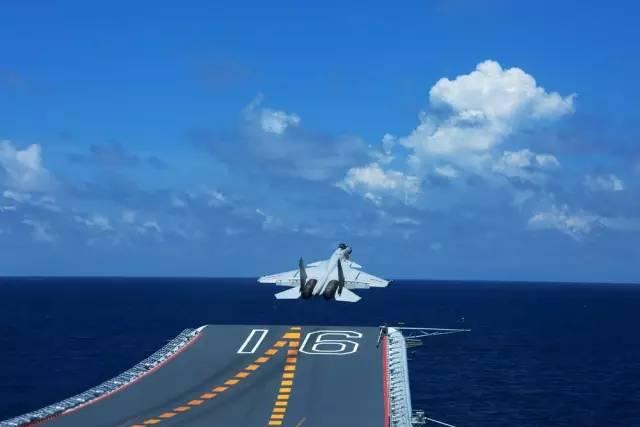 ▲歼-15舰载战斗机在辽宁舰滑跃起飞。