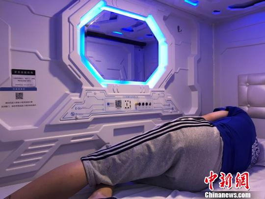 """不少上班族选择来""""共享睡眠舱""""小憩。 王子涛 摄"""