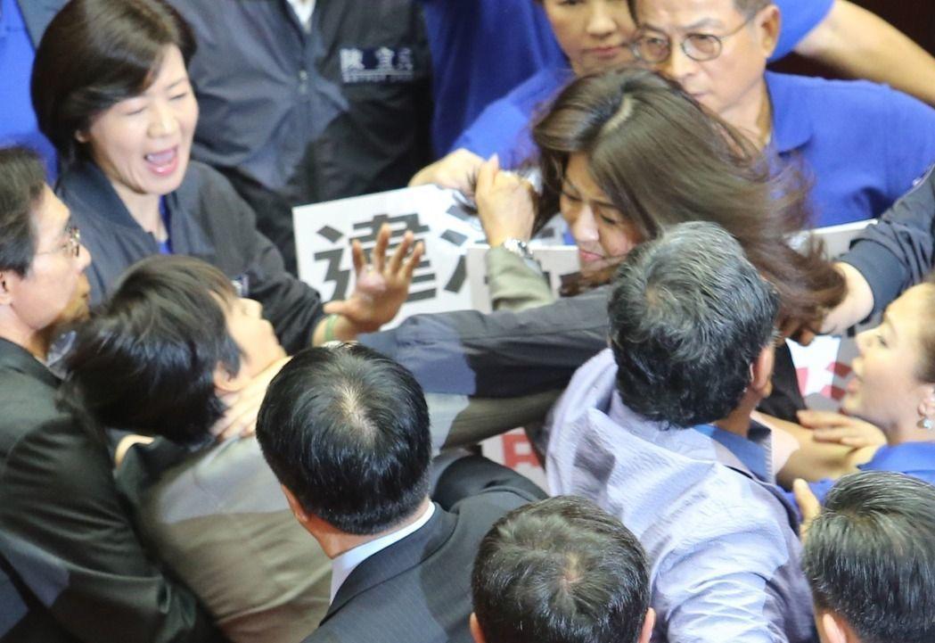 双方爆发激烈的肢体冲突(图片来源:联合新闻网)