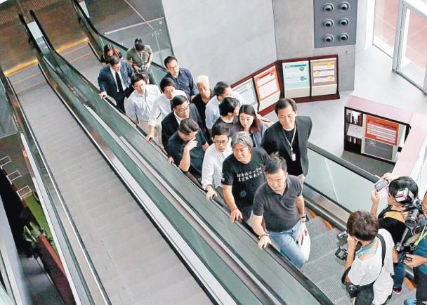 多名反对派议员护送梁国雄等四人到财委会会议室。(图源:香港东网)