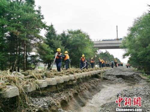 洪灾导致沈吉沿线2座桥梁被冲毁、3座桥梁的附属设备被冲毁,43处路基、40余处道床被冲空。沈铁 供图