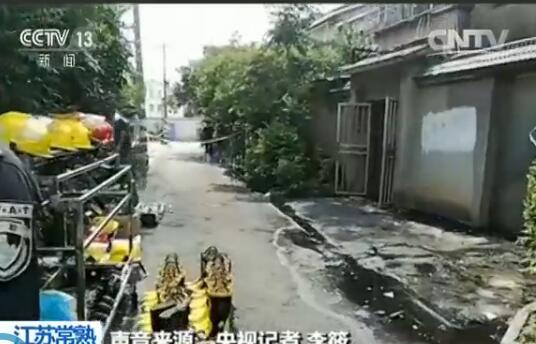 警戒线内放置了许多消防队员使用的头盔和胶鞋