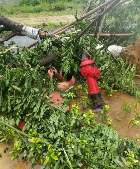 """台风""""塔拉斯""""影响减弱 海南交通逐渐恢复"""