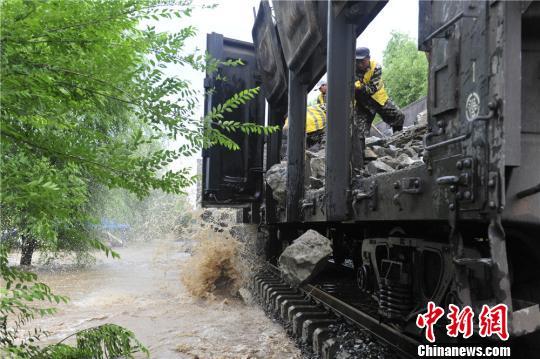 沈阳铁路局吉林工务段职工抢修被洪水损毁的线路。沈铁 供图