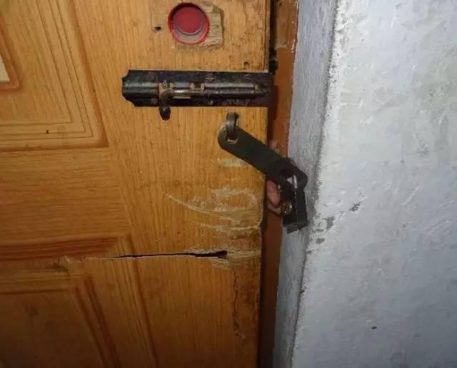 ▲这张照片系办案民警模拟从外面开门