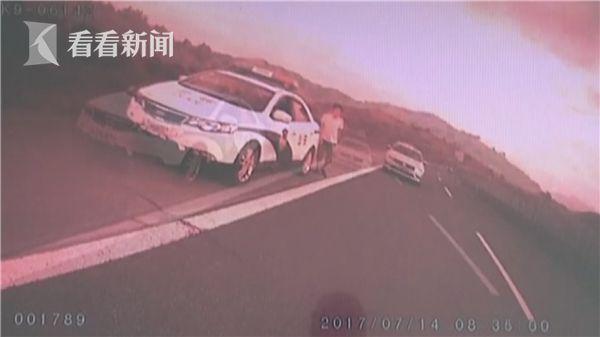 男子学凤凰传奇拍MV 上高速疯狂自拍