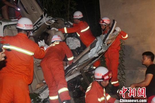消防官兵正在全力展开救援。 唐靖濠 摄