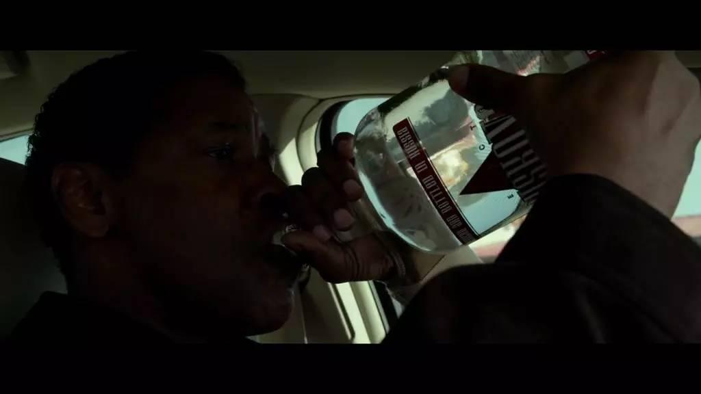 电影《迫降航班》剧照。其中男主角是一位嗜酒者。