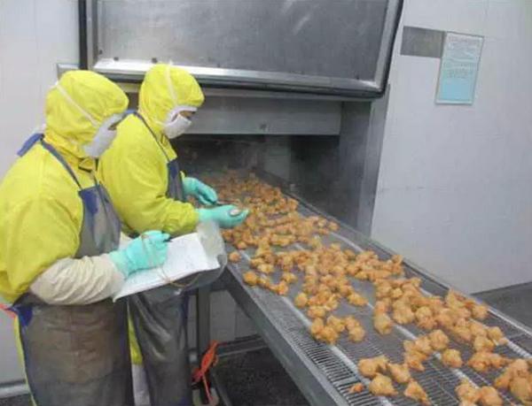 青岛九联食品厂员工正检验熟制鸡。 青岛九联集团股份有限公司官网 图