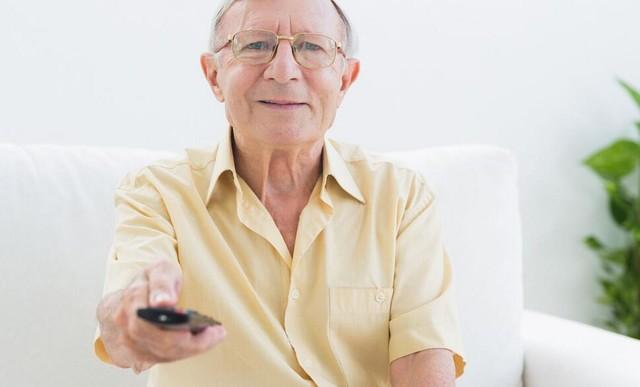 老人还是习惯使用物理遥控器