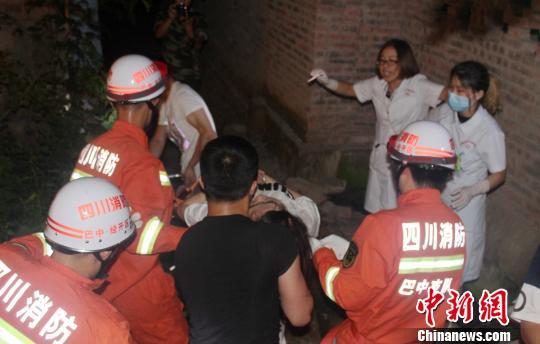 消防官兵成功营救出一名受伤被困者。 董飞 摄