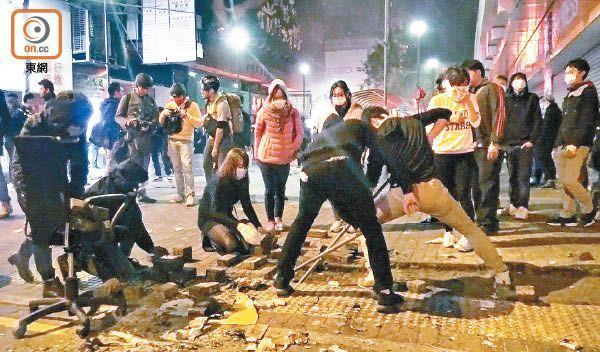 首次涉及被告向警察扔砖