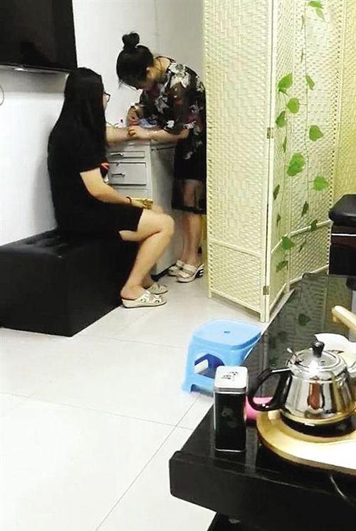 """广安医院3楼一诊室内,""""小张""""(右)在为一名女孩打针。新快报 图(当事人 供图)"""