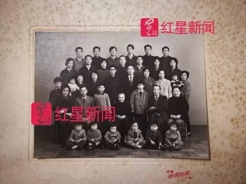 ▲陈氏家族多年前的家族合影 图片来源:红星新闻