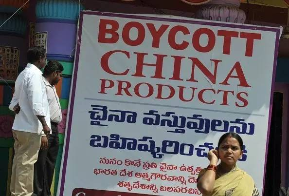 """▲资料图片:2016年11月,印度街头宣传""""抵制中国产品""""的海报。(法新社)"""