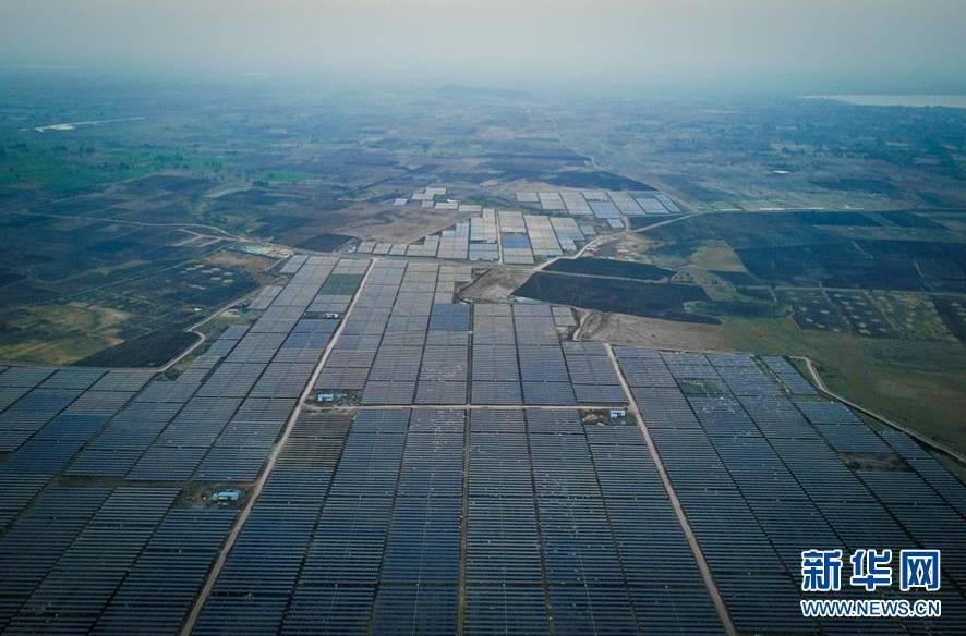 ▲印度南部城市海德拉巴附近的一处光伏电站。中国企业为该电站提供了部分太阳能面板组件和全套的自动日照追踪支架系统。
