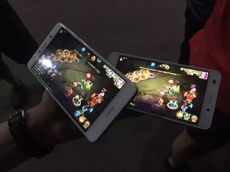 戒酒后,有人迷上了玩游戏,除了睡觉手上都拿动手机。