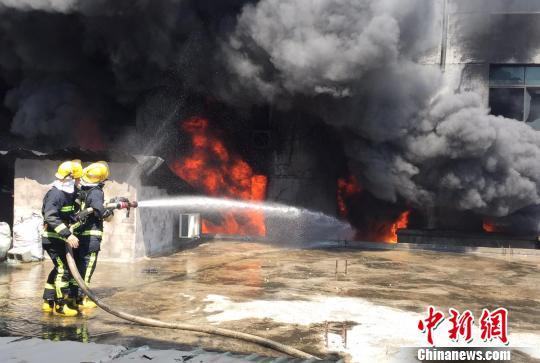 江西上饶一民房发生火灾 现场浓烟滚滚