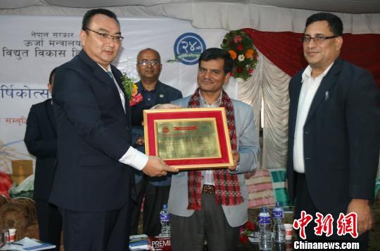 尼泊尔国度电力开辟署为上马相迪公司发表奖状 钟欣 摄