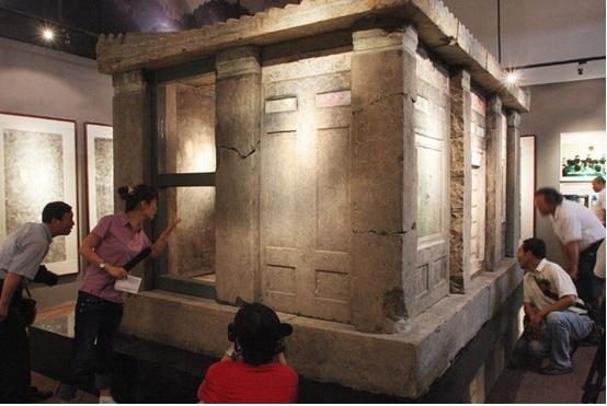中国政府追回的被盗墓团伙走私到海外的唐代石椁(美国《纽约时报》网站)
