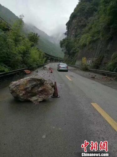地震发生后部分路段出现落石。网友供图
