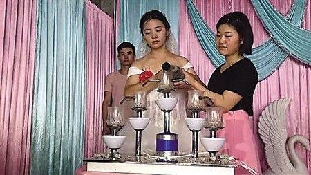 妹妹和嫂子一起倒香槟酒