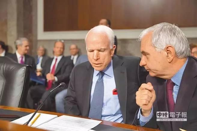 ▲美国参议院军事委员会主席麦凯恩(左)在讨论法案内容。