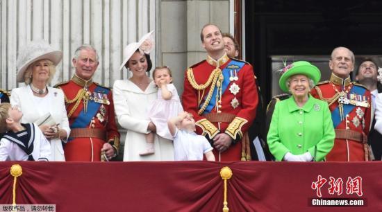 资料图:当地时间2016年6月11日,英国女王伊丽莎白二世的90岁官方生日庆典举行,英国王室成员登上白金汉宫阳台观看皇家军队阅兵仪式。