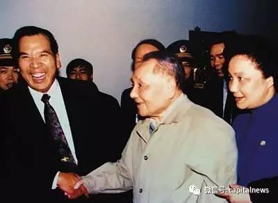 邓小平观察珠海时期,与陈开枝亲热握手。