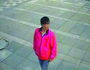 偷电缆的嫌疑人进电梯时是瘦子,出来时变得身材臃肿 警方供图