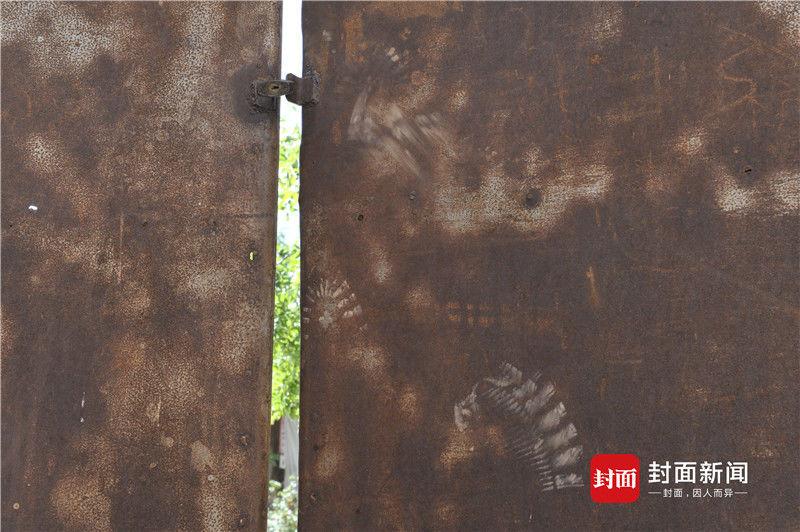 高承勇老宅大门上门锁已经生锈,这处脚印也特别明显。