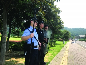 民警守在一路口,密切注意着幕府山方向