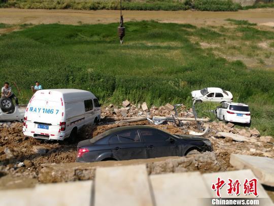 图为掉入河槽的车辆。 高庆国 摄