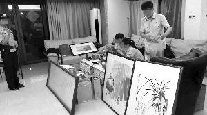 执行人员搜出的各式奢侈品和名家字画 法院供图