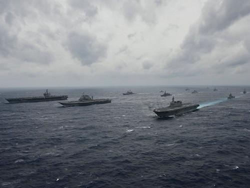 材料图片:美日印三国在印度洋结合军演画面。(《喷鼻港经济日报》网站)